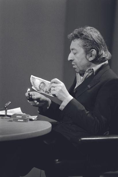 AFP - Philippe WOJAZER AFP - Philippe WOJAZER  Serge Gainsbourg brûle un billet de...