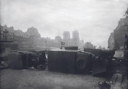 AFP AFP  Une barricade est érigée sur le quai Saint-Michel près de la cathédrale...