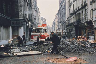 AFP AFP  Barricade dans le Quartier Latin à Paris,  le 25 mai 1968, après une nuit...