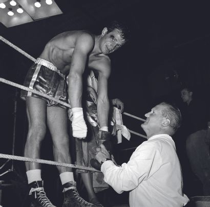 AFP AFP  Jean-Paul Belmondo lors d'un match de boxe dans les années 1960 à Paris....