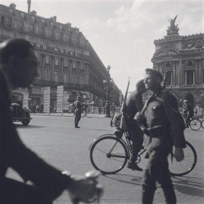 AFP AFP  Un soldat allemand traverse la place de l'Opéra à Paris en août 1944 tandis...