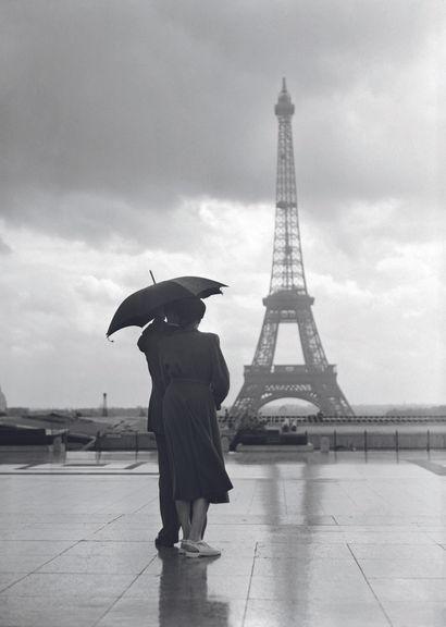 AFP AFP  Un couple face à la Tour Eiffel sur l'esplanade  du Trocadéro pendant l'été...