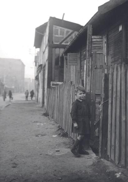 AFP AFP  Un enfant pose près de cabanes en bois en janvier 1945 à Paris, pendant...