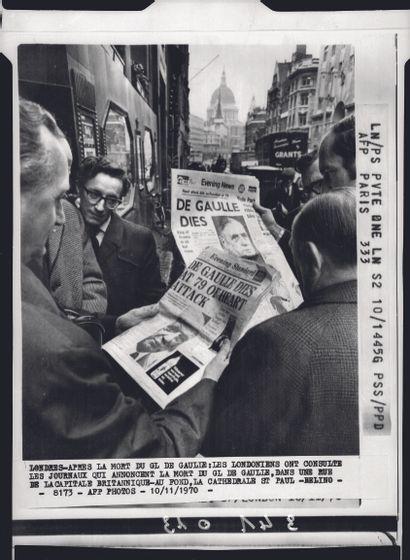 AFP AFP  Des Londoniens lisent les quotidiens  du 10 novembre 1970 annonçant le décès...