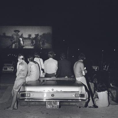 AFP AFP  Au drive-in de Rungis, à Paris, le 6 août 1970.  Photographie sur papier...