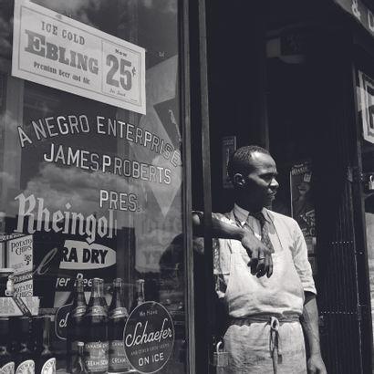 AFP - Eric SCHWAB AFP - Eric SCHWAB  Un vendeur afro-américain devant l'entrée de...