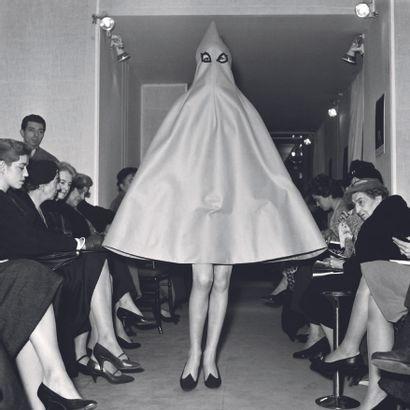 AFP AFP  Défilé de mode Jeanne Lanvin-Castillo, le 11 novembre  1957, à Paris.  Photographie...