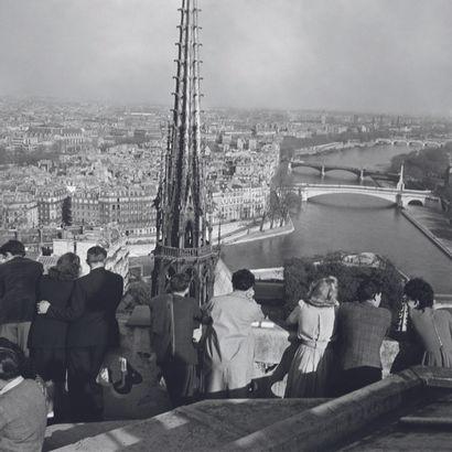 AFP AFP  Des Parisiens et des touristes visitent la cathédrale  Notre-Dame de Paris...