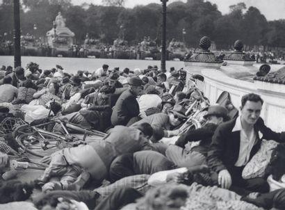 AFP AFP  Le 26 août 1944, des Parisiens se mettent à l'abri de tirs  sporadiques...