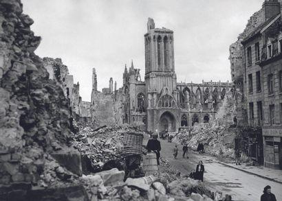 AFP AFP  Habitants de Caen autour des ruines de la cathédrale,  pendant la Seconde...