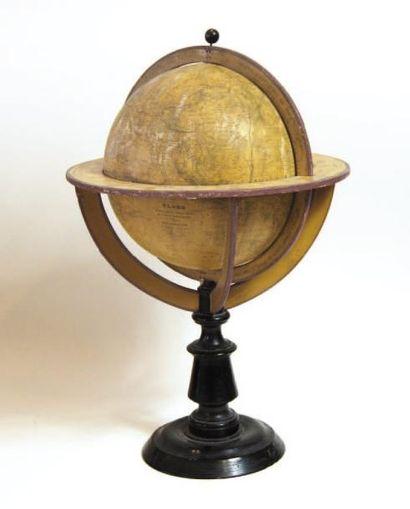 Globe terrestre en bois et papier gravé,...