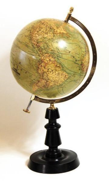 Globe terrestre en bois et papier imprimé....