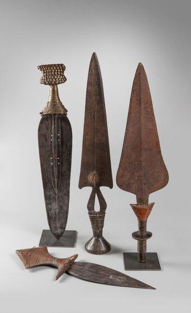 Lot de 4 épées courtes de 39 à 54,5 cm. Rép. D.CONGO Alliage de cuivre, fer, clous...
