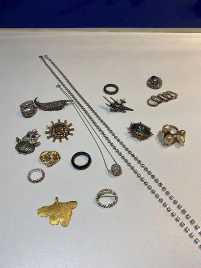 Lot de bijoux fantaisie en métal et strass...