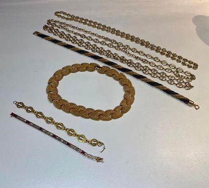 Lot de deux colliers, trois chaînes, deux...