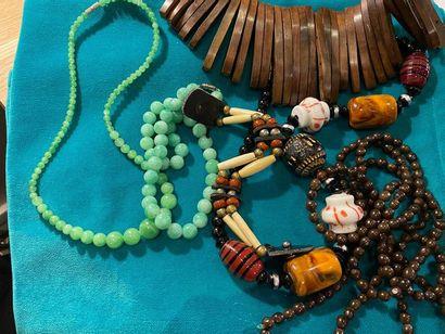 Lot de bijoux fantaisie comprenant colliers,...
