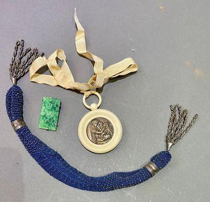 Lot de bijoux fantaisie et religieux comprenant...