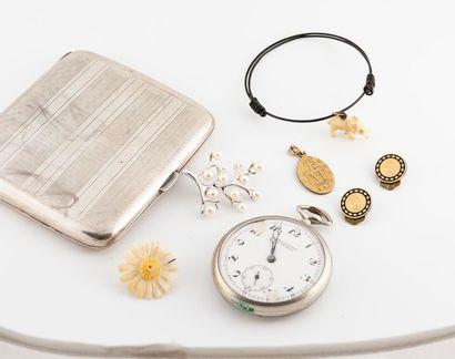 Lot de bijoux fantaisie. On y joint une montre...