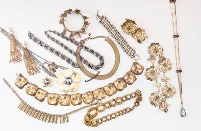 Lot de bijoux fantaisie comprenant chaînes,...