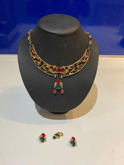 Lot de deux colliers draperie en métal doré...