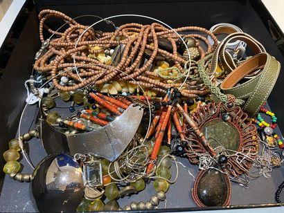 Lot de bijoux fantaisie comprenant divers...