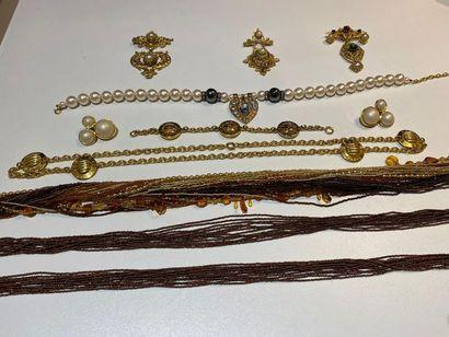 Lot de bijoux fantaisie comprenant un collier...