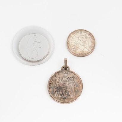 Trois pièces en argent dont une pièce commémorative...