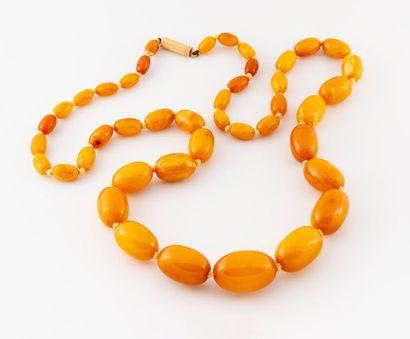 Collier en chute d'olivettes d'ambre, fermoir...