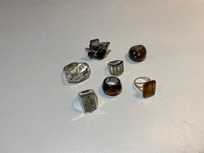 Lot de sept bagues fantaisie en métal et...