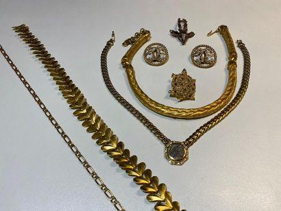 Lot de bijoux fantaisie en métal doré et...