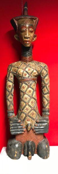 Divinité en bois sculpté polychrome. Travail africain. H. 166 cm