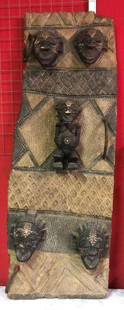 Porte de case de tribus SONGYE Bois, clous. 130 x 50 cm.