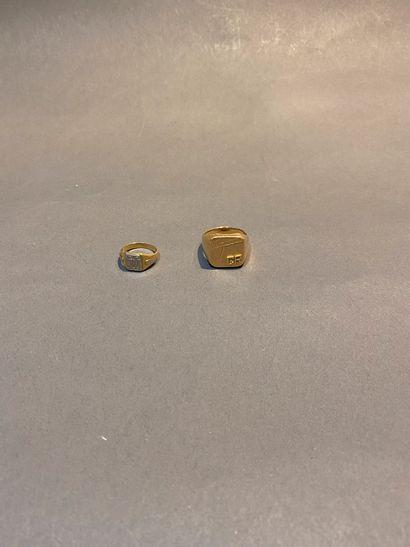 Lot de deux chevalières en or 750 °/°° chiffrées....
