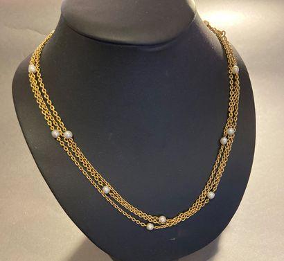 Sautoir en or 750 °/°° rehaussé de perles...