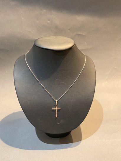 Chaîne et son pendentif croix en or gris...