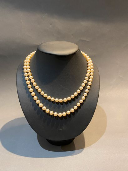 Sautoir de perles de culture.  D. 7,5.  Poids...