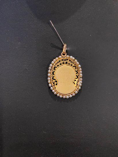 Médaille ajourée en or 750 °/°° ornée d'une...