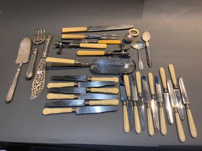 Lot de six grands couteaux et onze couteaux...