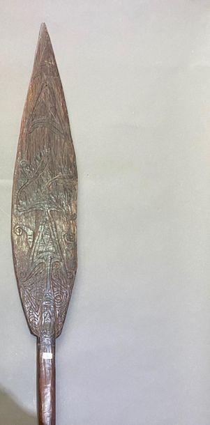 Palette de danse cérémonielle Aire Sépik, Papouasie Nouvelle-Guinée Bois dur à patine...