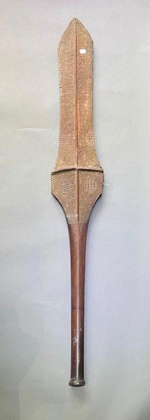 Massue culacula, Îles Fidji Bois dur à patine brune nuancée rouge L. 121,5 cm Ancienne...
