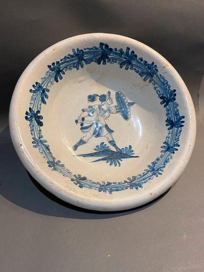 Nevers  Saladier décoré en camaïeu bleu au...