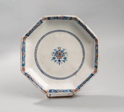 Rouen  Assiette octogonale à décor bleu et...