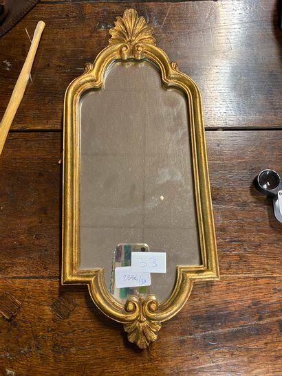 Petit miroir en bois et stuc doré à décor...