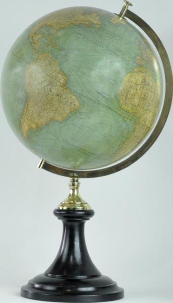 Globe terrestre. Sphère montée par l'intermédiaire...