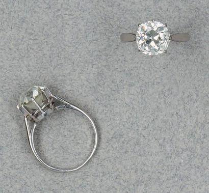 BAGUE SOLITAIRE en platine sertie d'un diamant...