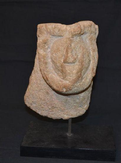 Fragment de cuve (baptismale ?) présentant...