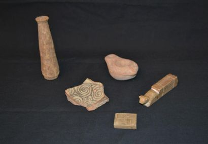 Lot comprenant des fragments archéologiques...
