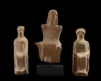 Figurine péplophore assise stylisée, présentant...