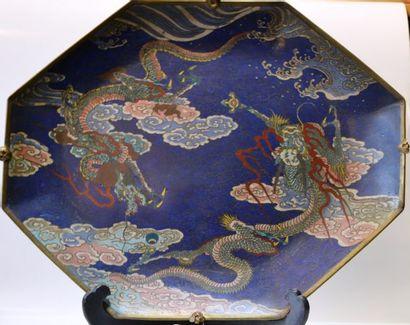 JAPON Plat de forme octogonale en émaux cloisonnés...