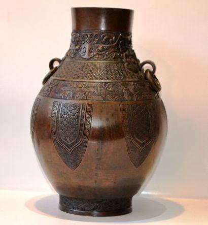 Vase en bronze. H. 31 cm.